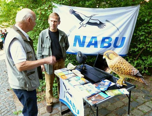 Ein Hobbyornithologe aus Holzhausen im Erfahrungsaustausch mit NABU-Vogeschützer Wolfgang Kulick.<p/>Foto: Karsten Peterlein