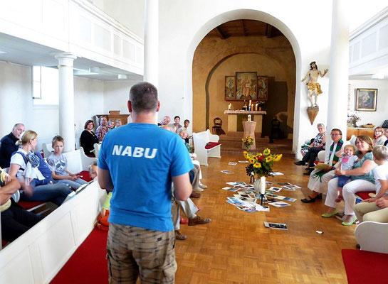 """NABU-Artenschutzexperte Karsten Peterlein berichtete nach dem Gottesdienst vom Projekt """"Lebensraum Kirchturm"""" und den verschiedenen Tierarten, die im Kirchturm Zuckelhausen leben.<p/>Foto: Wolfgang Kulick"""