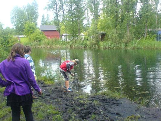 Die Schüler lernten viel Neues zu den Themen 'Tiere im und am Wasser', 'Pflanzen im und am Gewässer' und 'Gewässerarten und Wasserqualität'.