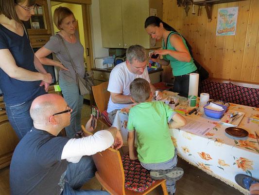 Die Gäste konnten bei der Vogelfütterung zusehen und bekamen Informationen zur arbeitsintensiven Vogelpflege.</p>Foto: Beate Kahl
