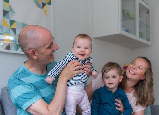 natuerliche Familienfotos zu Hause