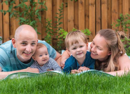natuerliche Familienfotos draußen