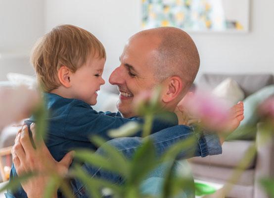 Familienfotos zu Hause - Papa und Sohn