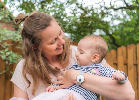 Familienfotos zu Hause - Mama und Tochter