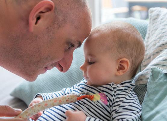 Familienfotos zu Hause - Papa und Tochter