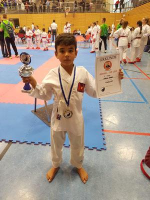 Adam Amzil hat den Pokal!