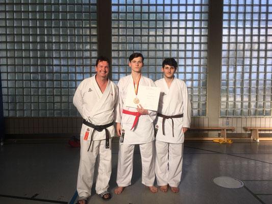 Trainer Ralf Kulakowski, Endrit Salihi (3. Platz) und Uranik Salihi