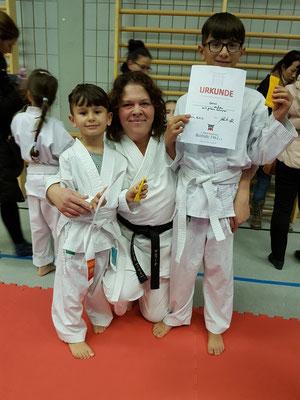 So sehen stolze Prüflinge (und Trainer) aus: Genc und Andi mit Martina