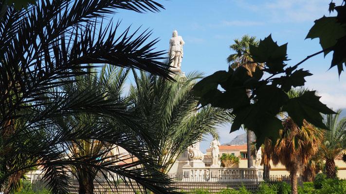 Les jardins entre la cathédrale et le Palais des normands