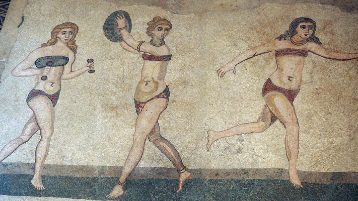 Les jeunes filles en bikini