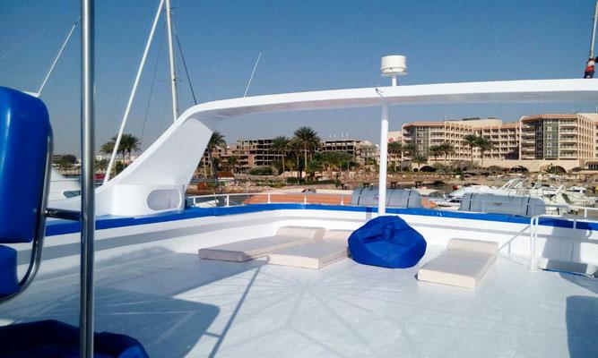 Das obere Sonnendeck bietet Platz und Liegeflächen für die Sonnenanbeter.