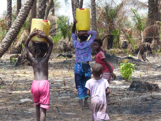 Brunnenbau, Kinder tragen die Wasserkanister zurück ins Dorf