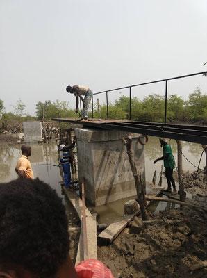 Brückenbau - schwierige Arbeit im Mittelteil