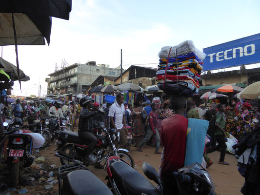 fliegender Händler auf dem Markt Madina