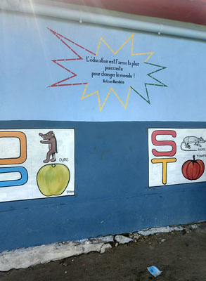 Schulhausfront mit Sprichwort von Mandela