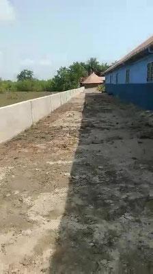 PRIMARSCHULE DYARAMA, Schutzmauer gegen Hochwasser