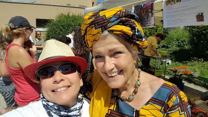 Projektleiterin von DYARAMA mit Standbesitzerin