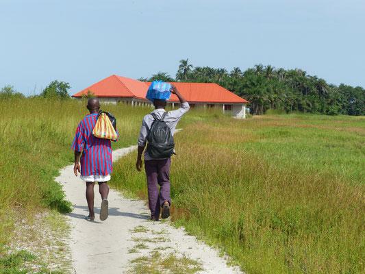 auf dem Weg zum Schulhaus DYARAMA