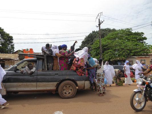 Taxi beladen für Fahrt ins Landesinnere