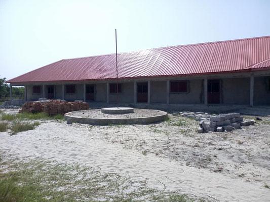 Pausenhof Schulhaus DYARAMA, mit Fahnenstange - muss noch geebnet werden