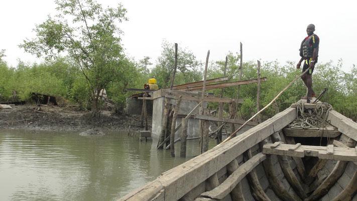 Brückenbau - im Mittelteil muss von der Piroge aus gearbeitet werden