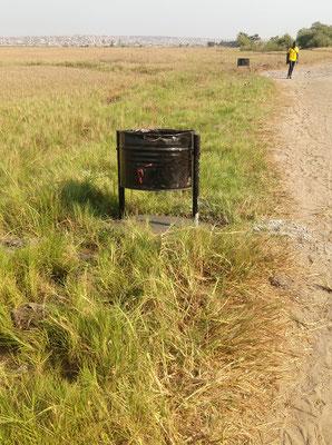 Umweltschutz, Abfallkübel auf dem Weg ins Dorf