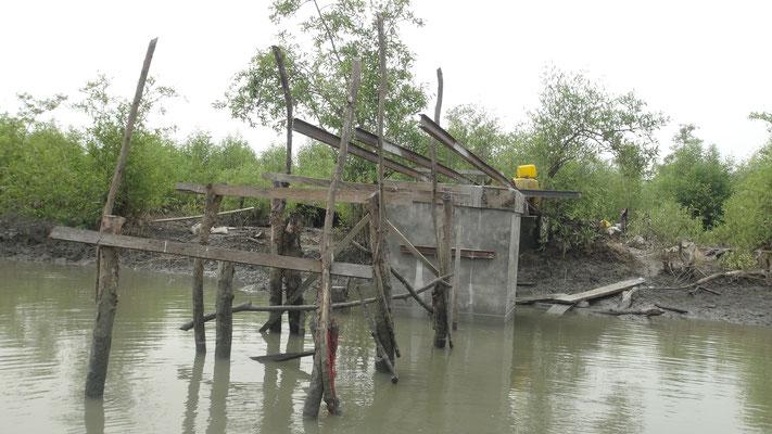 Brückenbau - Eisenbahnschienen werden montiert