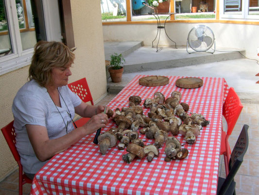 Joëlle après une cueillette de cèpes en Argonne