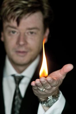 Der Zauberer in Böblingen führt charmant und gekonnt durch den Abend, ohne sich selbst zu sehr in den Vordergrund zu drängen.