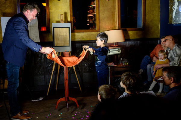 Der Zauberer aus der Stadt Adelsheim zeigt eine meisterhafte Bühnenshow! Er findet Geldscheine in Südfrüchten, fängt mit seinem natürlichen Charme und Humor den Enkel wie die Oma ein und verblüfft am Ende noch den letzten Skeptiker.