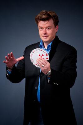 Zauberer in Fulda - Sebastian unterhält Sie auf höchstem Niveau. Eine faszinierende Zaubershow, die alle Zuschauer zum Staunen, Schmunzeln, Wundern, Ergötzen und Lachen bringt. Und nach der Show werden Ihre Gäste noch viele Tage rätseln.
