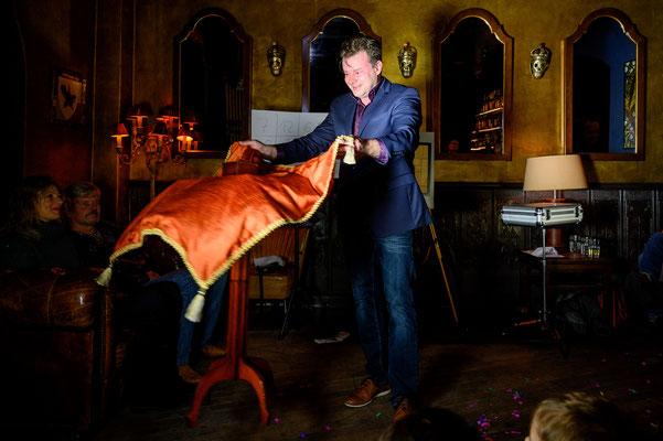 Der Zauberer aus Leimen. Eine faszinierende Zaubershow, die alle Gäste zum Staunen, Schmunzeln, Wundern, Ergötzen, Erbleichen und Lachen bringt.