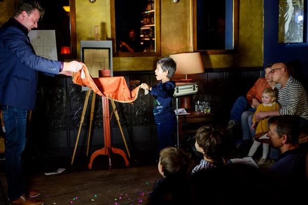 Der Zauberkünstler in Leverkusen sorgt für eine tolle Stimmung beim Publikum.