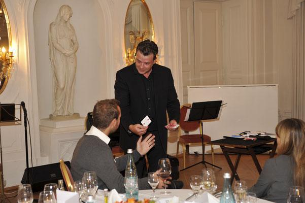 Der Zauberer in Darmstadt macht Ihre Veranstaltung zur Perle des Staunens. Sebastian führt charmant und gekonnt durch den Abend. Seine Show geht über bloße Kartentricks hinaus und hat immer eine persönliche Note.