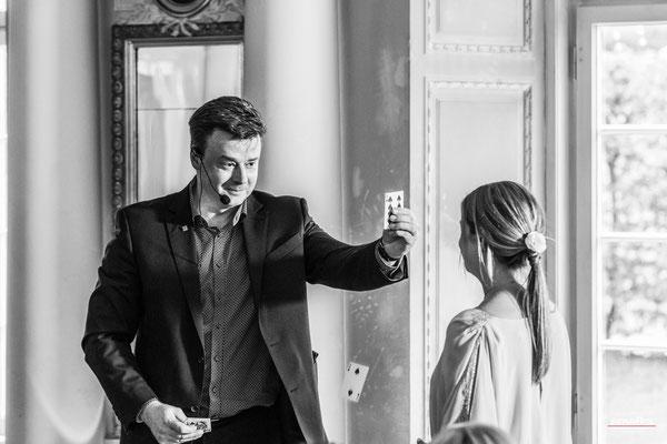 Der Zauberkünstler in Nürnberg schafft einzigartige magische Erfahrungen für Ihre Gäste, über die sie gemeinsam lachen und staunen können. Sebastians Kunststücke liefern den perfekten Gesprächsstoff und schaffen Kontakt und Kommunikation.
