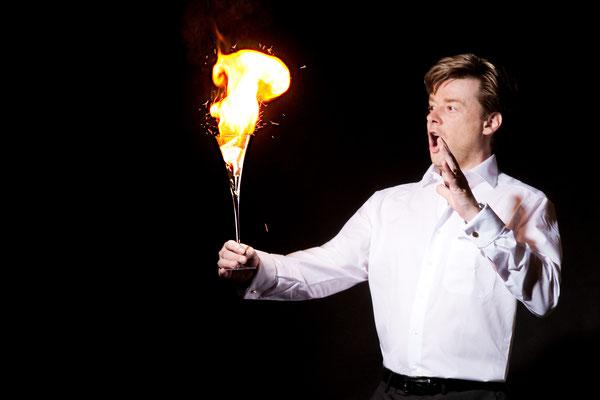 Der Magier in Bad Friedrichshall zeigt Einsatz, Engagement, Gefühl, Lust, Begeisterung, Fieber, Esprit, Emotion, Besessenheit, Elan, Verzückung, Expressivität, Emphase und Lebhaftigkeit!