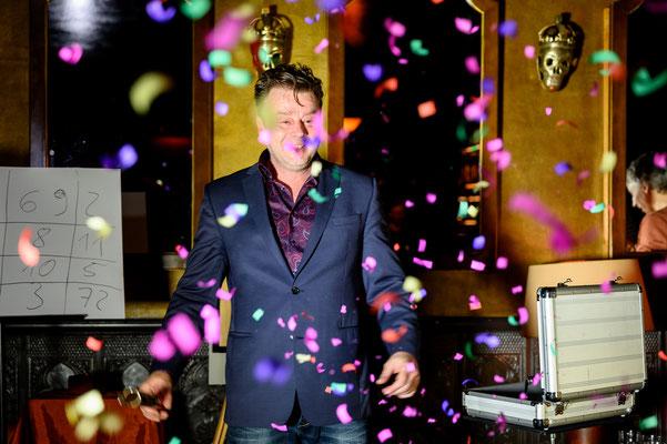"""Zauberer in Hanau- Sebastian Sener -  Der Tischzauberer in Hanau verblüfft auf eine angenehme und charmante Art und macht so sein Publikum zu den """"Stars des Abends"""" und lässt Sie Dinge erleben, die Sie nicht für möglich gehalten hätten."""