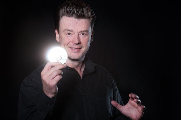 Der Magier in Ulm zeigt eine Mischung zwischen Psychologie und Magie belebt die menschlichen Sinne und lässt die Realitität unmöglich erscheinen.