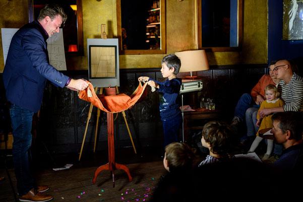 Der Zauberer aus der Stadt Künzell zeigt eine meisterhafte Bühnenshow! Er findet Geldscheine in Südfrüchten, fängt mit seinem natürlichen Charme und Humor den Enkel wie die Oma ein und verblüfft am Ende noch den letzten Skeptiker.
