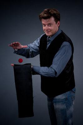 Der Zauberkünstler in Rüsselsheim führt charmant und gekonnt durch den Abend. Seine Show geht über bloße Kartentricks hinaus und hat immer eine persönliche Note.