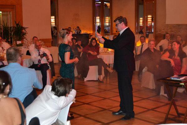Zauberer in Ravensburg! Der Kontakt zu Ihren Gästen ist Sebastian Sener am wichtigsten. Er präsentiert dabei Sie, Ihre Persönlichkeit, Ihre Gäste, Ihre Mitarbeiter, Ihr Unternehmen auf der Bühne oder an jedem anderen Ort.