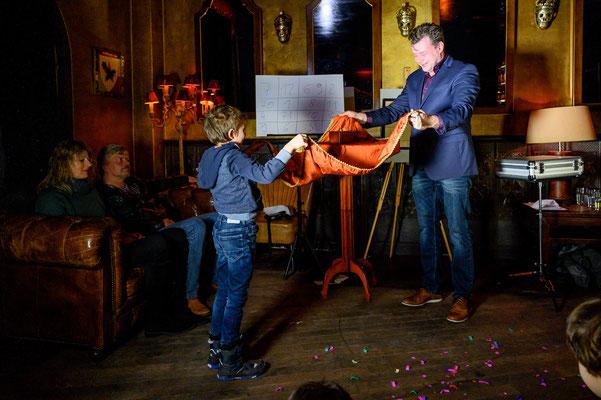 Zauberer in Offenbach am Main - Sebastian unterhält Sie auf höchstem Niveau. Eine faszinierende Zaubershow, die alle Zuschauer zum Staunen, Schmunzeln, Wundern, Ergötzen und Lachen bringt. Und nach der Show werden Ihre Gäste noch viele Tage rätseln.
