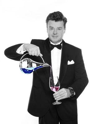 Die hohe Schule der Zauberkunst. Sebastian Sener unterhällt Ihre Gäste auf sehr hohen Niveau. Er zaubert bereits seit über 40 Jahren. Magier in Flensburg buchen.