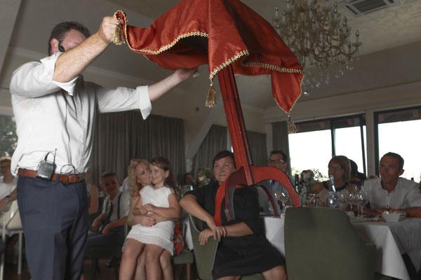 Zauberer in Passau bezieht  mit Kabinettstücken das Publikum in seine Show mit ein und sorgt für eine unvergessliche All-in-Atmosphäre.