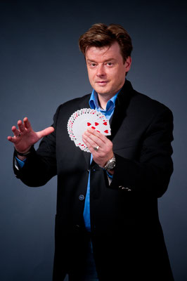 Zauberer in Crailsheim - Genießen Sie seine besondere Zaubershow und lernen Sie die Fähigkeiten dieses Zauberkünstlers selber kennen! Erfrischend unkonventionell. It's Magic!