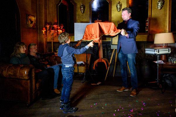 Der Zauberer in Mannheim begeistert alle! Eröffnen Sie Ihr eigenes Glücksarchiv – mit Erinnerungen an unvergessliche Erlebnisse mit Ihrem Zaubermeister Sebastian Sener. Erfrischend anders. Erfrischend begeistert. Erfrischend erstaunlich.