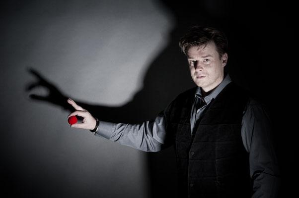 Zauberer / Magie - Sebastian Sener ist in seinen Shows in direktem Kontakt mit dem Publikum – close-up vom Feinsten. So kann er direkt auf jeden einzelnen Gast reagieren, mit ihm lachen und ihn mit seiner Zauberei garantiert in Staunen versetzen.