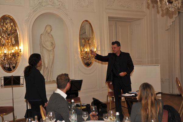 Der Zauberer in Bonn elebriert seine Show. Mit viel Charme und kleinen und großen humoristischen Kabinettstücken bezieht er seine Zuschauer in seine Show mit ein und sorgt für eine herausragende, unvergessliche Wohlfühl-Atmosphäre.