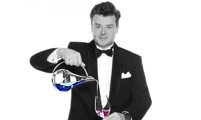 Hypnptiseur und Magier in Frankfurt und Region. Einer seiner Tricks wurde bei der Weltmeisterschaft mit den 3. Platz gehuldigt. Unglaublich gute Show.
