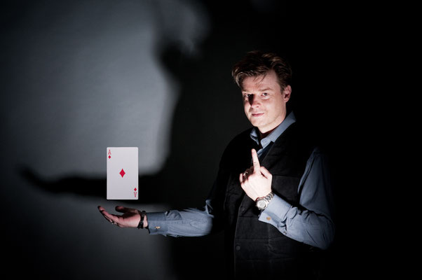 Zauberer in Biberach - Sebastian Sener - Moderator! Es gibt viele Künstler wie David Copperfield, Siegfried und Roy, Hans Klock uvm. ! Sebastians Kunststücke liefern den perfekten Gesprächsstoff und schaffen Kontakt und Kommunikation.